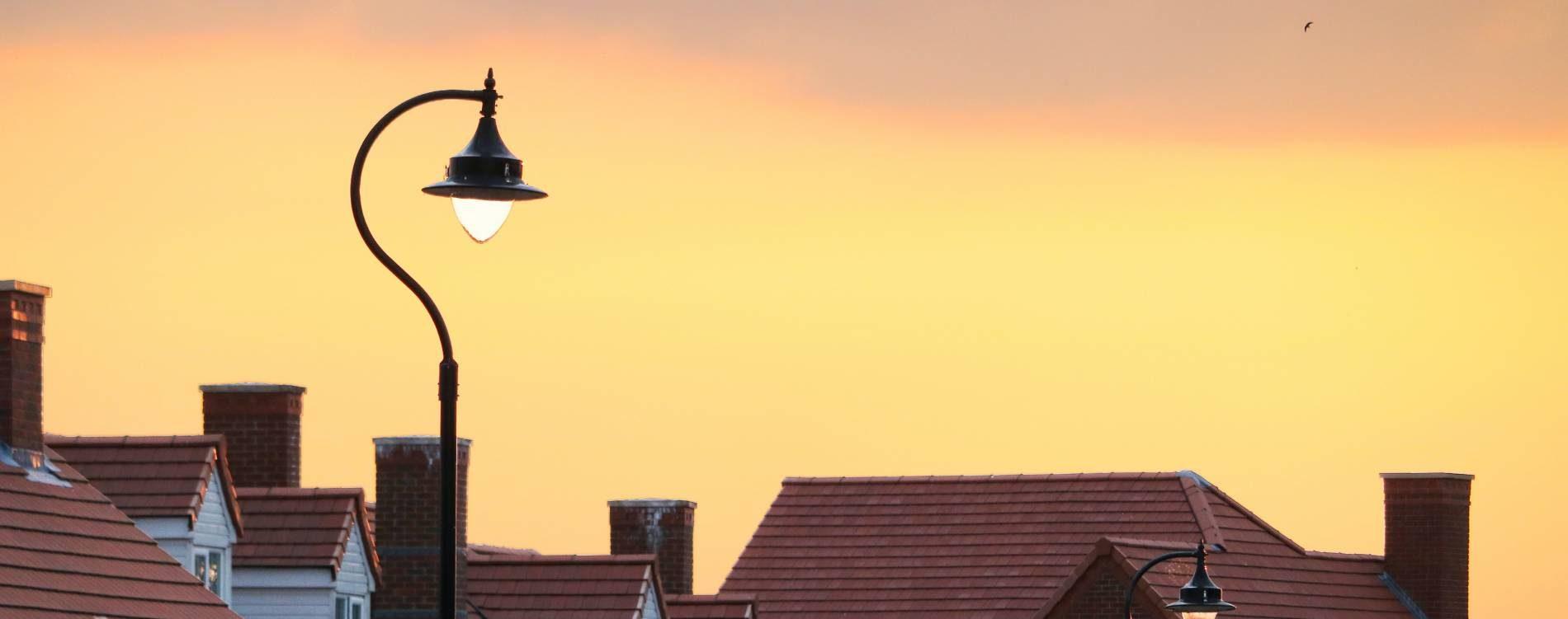 Maisons devant un coucher de soleil